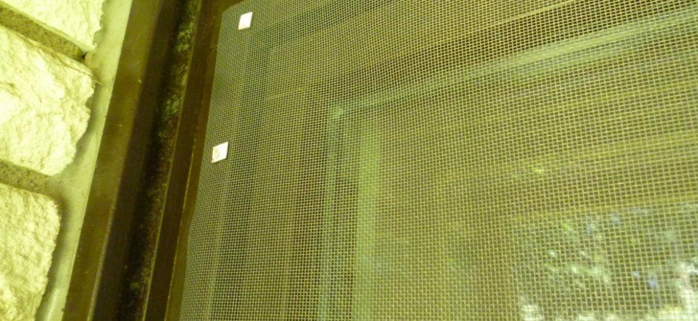 Fissaggio zanzariera con elementi magnetici