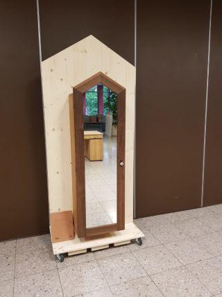 Una vera opera d'arte magnetica: armadietto a specchio per gioielli