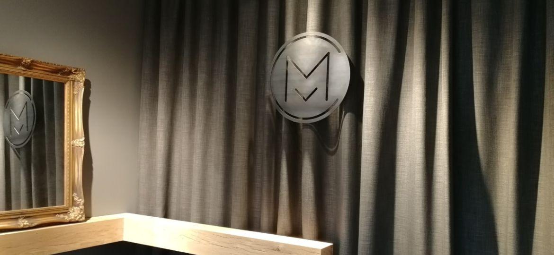 Logo aziendale sospeso con fissaggio invisibile