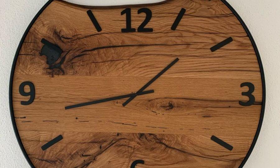 Fissaggio di cifre di un orologio da parete